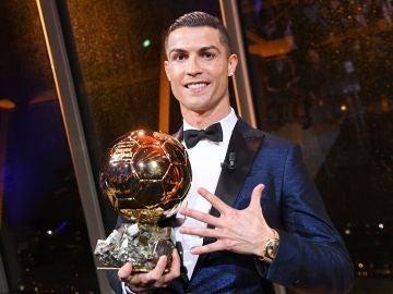 Cristiano Ronaldo posa junto a su quinto Balón de Oro