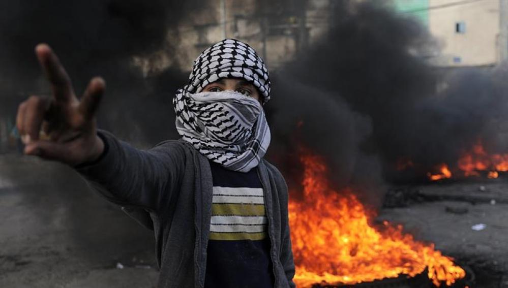 Palestinos protestan en contra de la decisión del presidente de EEUU, Donald Trump