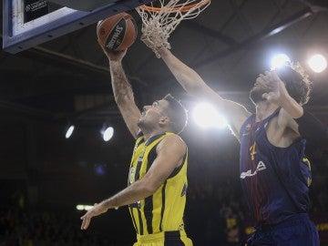 Sloukas entra a canasta ante la defensa de Tomic