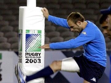 Andrea Benatti realiza estiramientos antes de un partido del Mundial de 2003