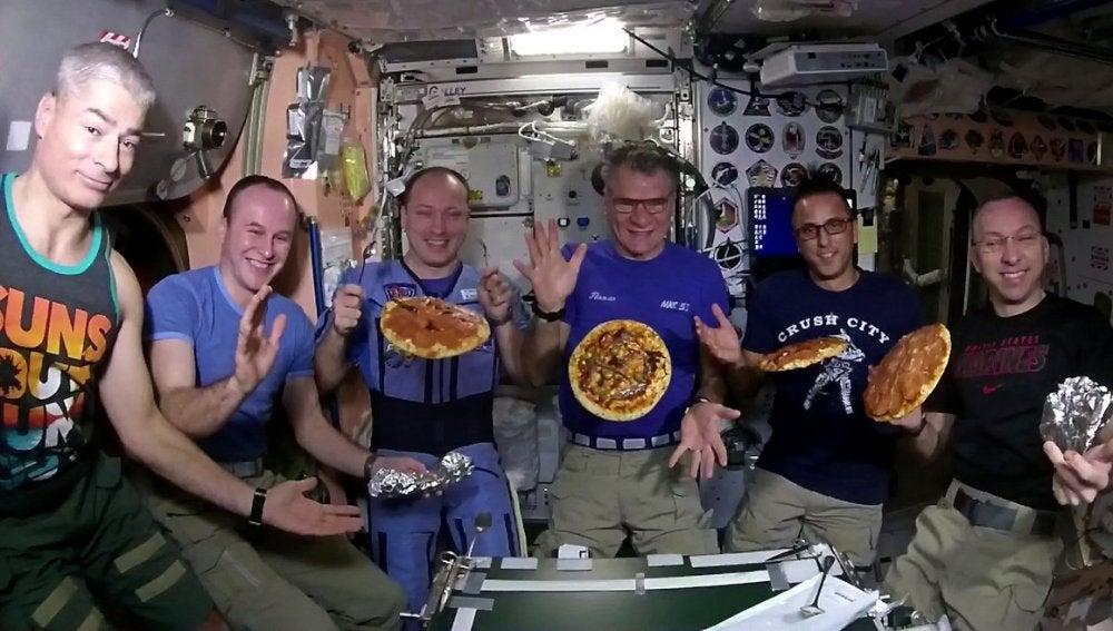 Los astronautas de la Estación Espacial Internacional haciendo pizza