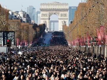 Los franceses abarrotan los Campos Elíseos para despedirse del cantante