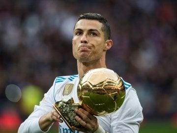 Cristiano Ronaldo ofrece su Balón de Oro al Bernabéu