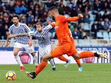 Borja Bastón se prepara para lanzar un penalti ante la Real Sociedad