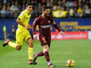 Messi conduce el balón en el partido ante el Villarreal