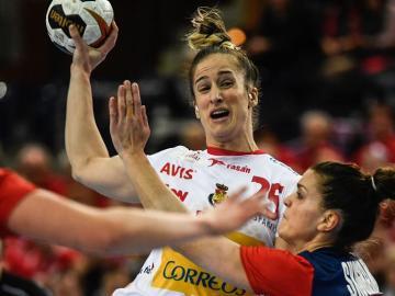 Nerea Pena disputa el balón con la noruega Stine Ruscetta