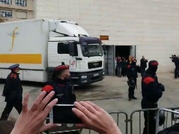 Las obras de Sijena ponen rumbo a Aragón escoltadas por coches de la Guardia Civil
