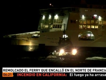 Remolcan al ferry que encalló en Calais
