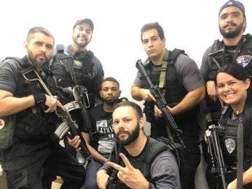 La Policía de Río de Janeiro con un narcotraficante