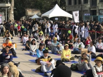 Decenas de personas participan en una competición en Taiwán
