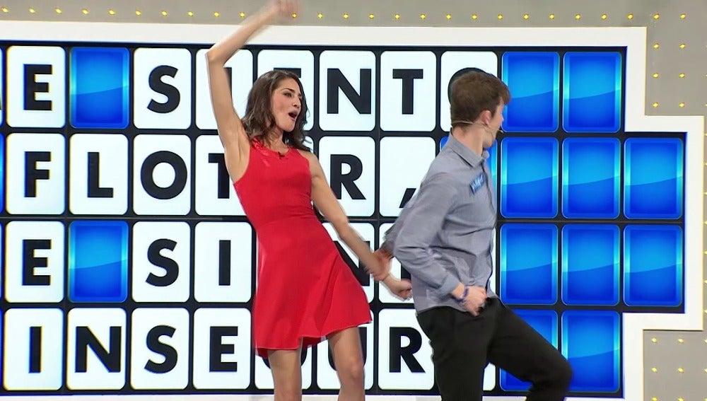 Enrique se sube al escenario para bailar con Laura Moure