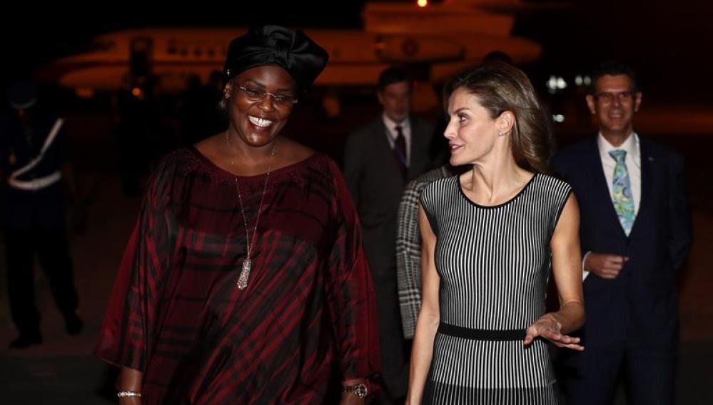 La reina Letizia es recibida por Marième Faye Sall, la esposa del presidente de Senegal