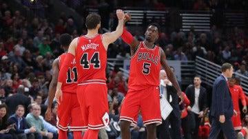Mirotic y Portis celebran una canasta de los Bulls