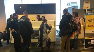 La mujer abandonando el avión junto a su hijo
