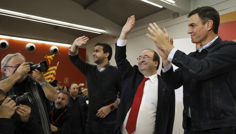 El secretario general del PSOE, Pedro Sánchez (d), junto al candidato del PSC a la presidencia de la Generalitat, Miquel Iceta