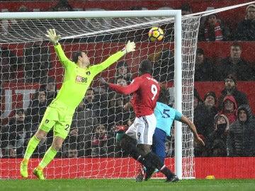 Lukaku remata de cabeza para firmar el gol de la victoria ante el Bournemouth