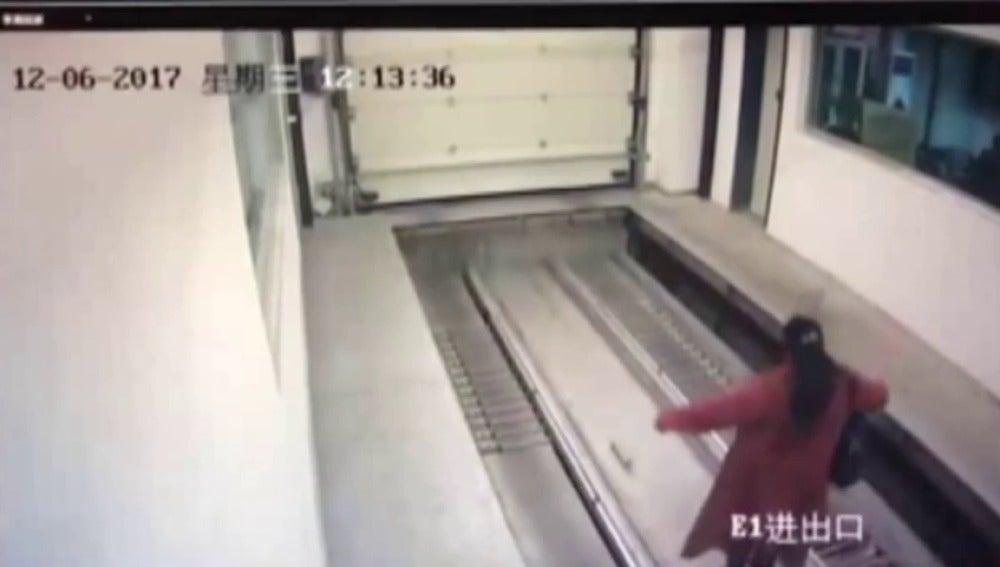 Una mujer es atropellada en un garaje de control remoto en China por despistarse con el móvil