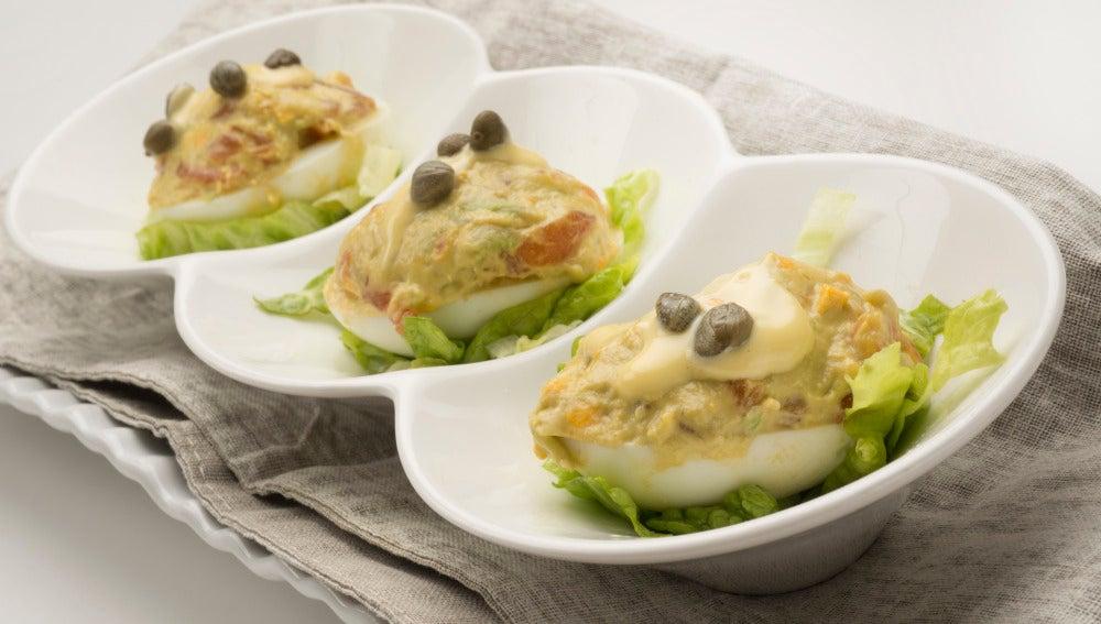 Huevos rellenos de salmón y aguacate