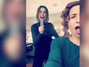 Marta Tomasa y Ruth Llopis montan su propio karaoke en los camerinos de Puente Viejo