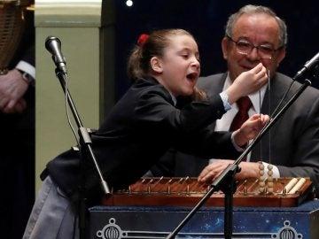 Aya, la niña de la suerte, canta el segundo premio de la Lotería de Navidad 2020