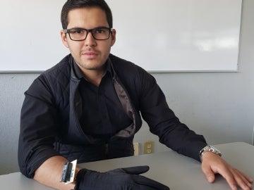 Bryan Howardm inventor del guante