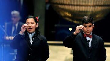 Los niños de San Ildefonso Yossueff Salhi (d) y Noelia Katiuska (i) han cantado el número 71.198 que ha sido agraciado con el Gordo de Navidad