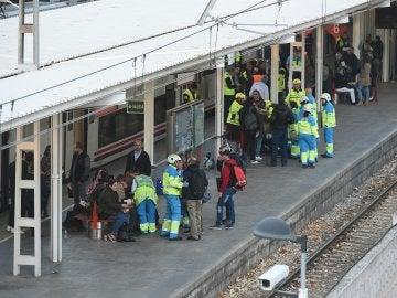 Efectivos del Servicio de Urgencia Médica de Madrid (Summa ) trabajan en la estación de Alcalá de Henares