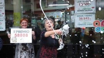Las loteras María Jesus y Begoña celebran el reparto de un quinto premio en Vizcaya