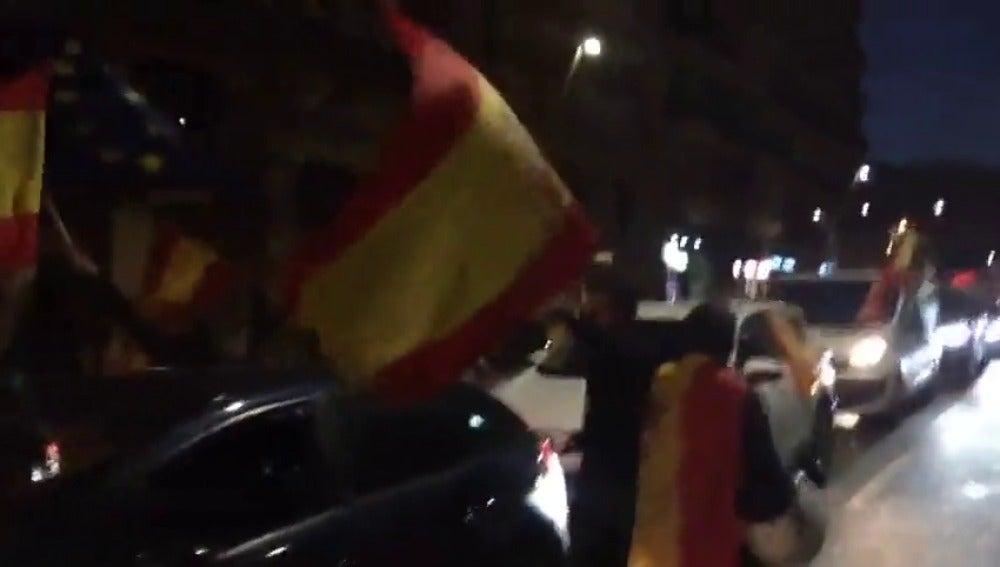 Una veintena de coches con banderas españolas se concentran en Barcelona