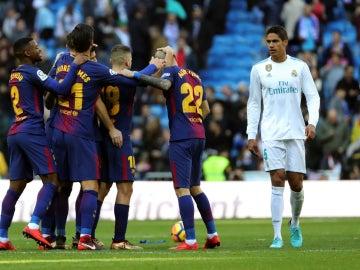 El Barcelona celebra un gol ante Varane