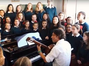 Óscar Quijano cantando junto a las niñas