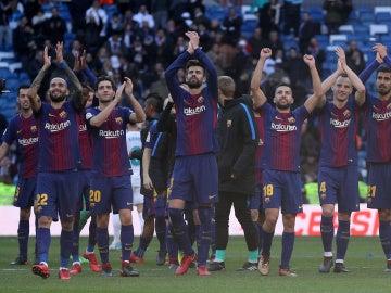 El Barcelona celebrando la victoria en el Bernabéu