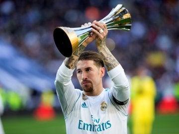 Sergio Ramos ofrece el trofeo del Mundial de Clubes al Bernabéu