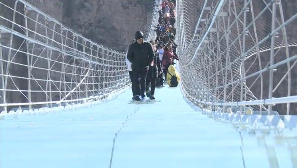 China inaugura el puente de cristal más largo del mundo, de 488 metros