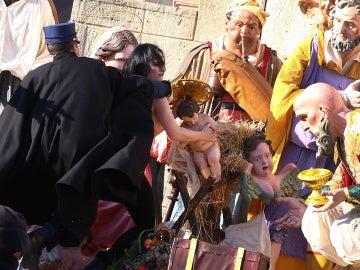 La activista intentando llevarse al Niño Jesús