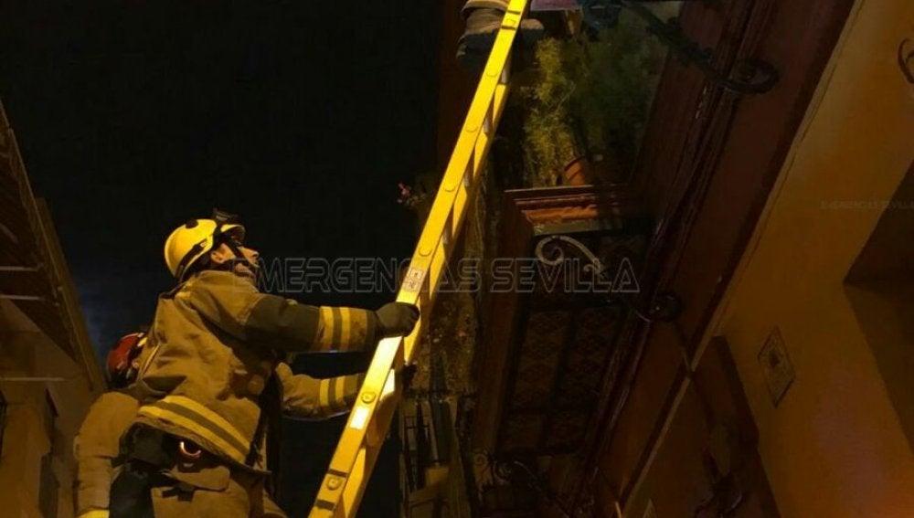 Los bomberos que rescataron al anciano