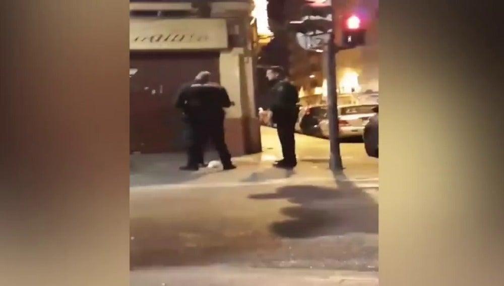 La agresión de un policía a una mujer indigna en las redes