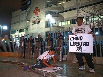 Carteles de apoyo a Alberto Fujimori en el exterior de la clínica en la que está ingresado