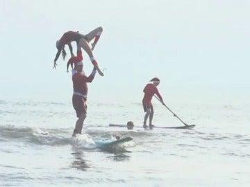 Cerca de 1.000 Papá Noel invaden la costa de Florida para surfear