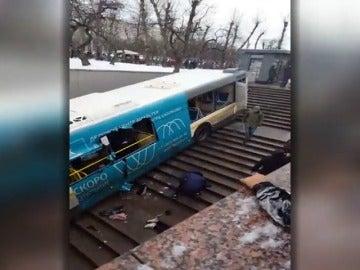Al menos cinco muertos al ser arrollados por un autobús en Moscú que se precipita en la entrada de metro