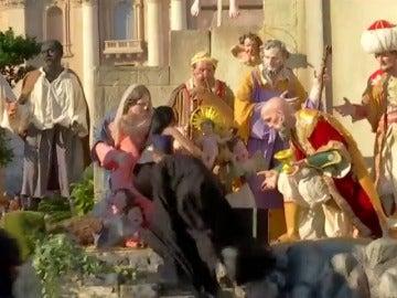 Una activista de Femen intenta llevarse al Niño Jesús del belén del Vaticano