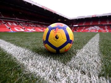 El balón de la Premier con una vista general de Old Trafford