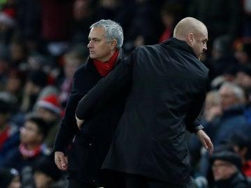 Mourinho saluda a Sean Dyche tras el United - Burnley