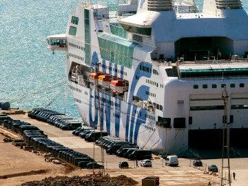 Uno de los barcos utilizados por el Ministerio del Interior para alojar a los agentes que integran el amplio dispositivo de seguridad del Gobierno