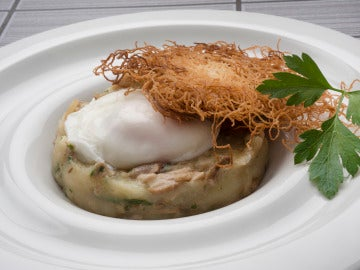 Huevo escalfado con patatas, hongos y fideos fritos