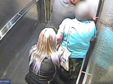 Los ladrones en pleno robo del bolso