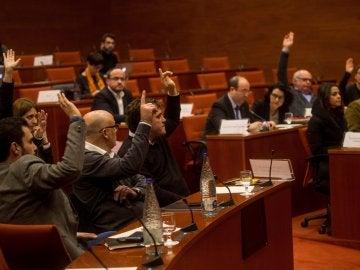 Votación durante la reunión de la Diputación Permanente del Parlament