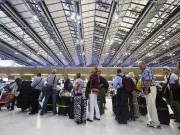 Imagen de archivo de un grupo de turistas esperando en el aeropuerto de Bangkok