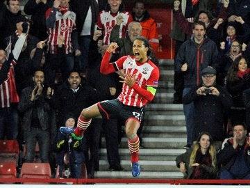 Van Dijk celebra un gol con el Southampton