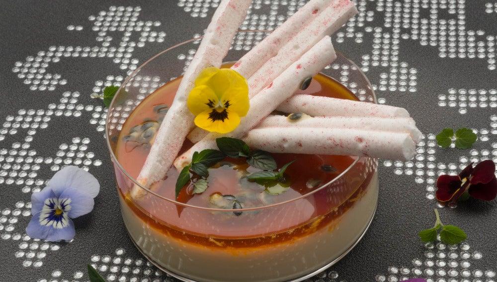 Crema cuajada de vainilla con caramelo de fruta de la pasión y naranja